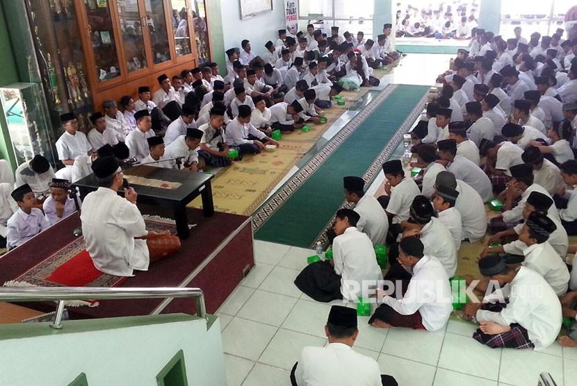 Ribuan Santri di DIY ikuti upacara Hari Santri dan Mujahadah di Kantor Kanwil Kemenag DIY Senin (23/10)