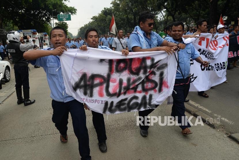 Ribuan sopir angkutan umum melakukan aksi di depan Balai Kota DKI Jakarta, Senin (14/3).