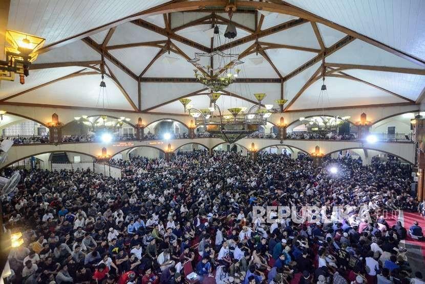 Ribuan suporter mendengarkan tausiah dari Ustadz Hanan Attaki saat Doa bersama suporter Persib di Pusat Dakwah Islam (Pusda'i) Bandung, Jawa Barat, Rabu (26/9).
