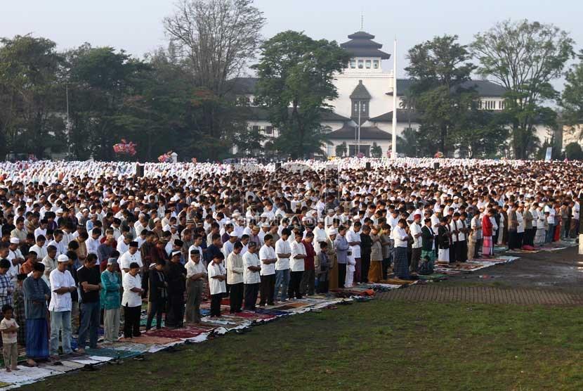 Ribuan umat Islam melaksanakan Salat Idul Fitri di Lapangan Gasibu, Bandung, Jawa Barat, Kamis (8/8).