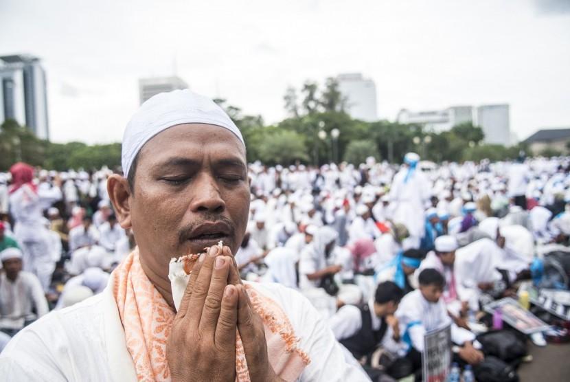 Ribuan umat Islam melakukan zikir dan doa bersama di Monas (ilustrasi)