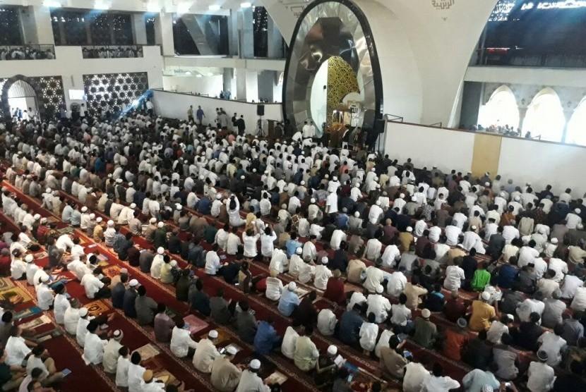 Ribuan umat Muslim Kota Padang mengikuti ibadah Shalat Idul Fitri di Masjid Raya Sumatra Barat, Jumat  (15/6).