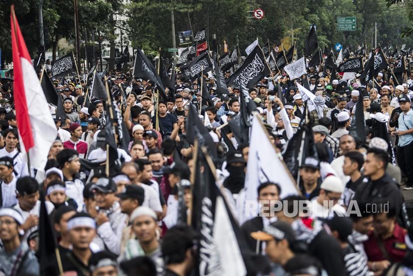 Ribuan warga berunjuk rasa memprotes pembakaran bendera berkalimat Tauhid di depan gedung Sate, Bandung, Jawa Barat, Jumat (26/10/2018).