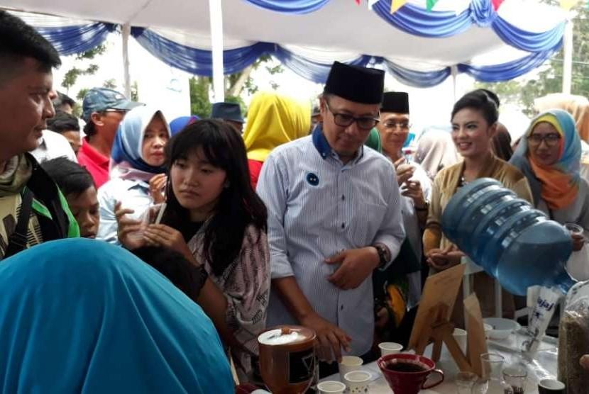Ribuan warga Kota Sukabumi menghadiri syukuran rakyat menyambut wali kota dan wakil wali Kota Sukabumi Achmad Fahmi-Andri Setiawan Hamami di Gedung Juang 45 Sukabumi Ahad (30/9). Dalam acara itu warga disediakan makanan gratis dan pertunjukkan seni budaya.