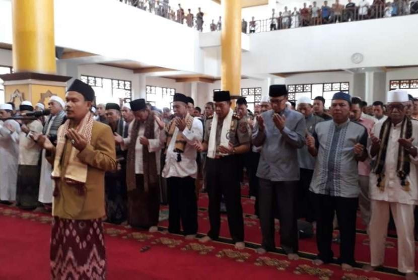 Ribuan warga Kota Sukabumi mengikuti shalat ghaib untuk korban bencana di Sulawesi Tengah selepas shalat Jumat di Masjid Agung Sukabumi Jumat (5/10).