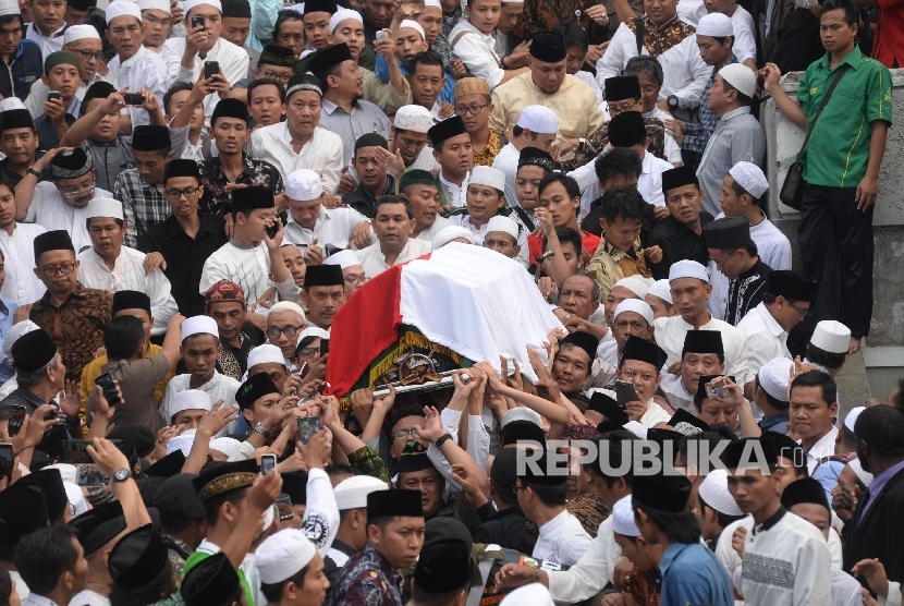Showing their love to the late cleric, people would not want to missed the chance to carry the coffin of KH Hasyim Muzadi during funeral process at Al Hikam boarding school complex , Depok, West Java, Thursday (March 16).
