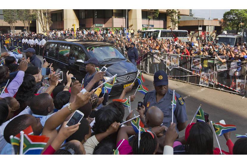 Ribuan warga mengibarkan bendera Afrika Selatan.