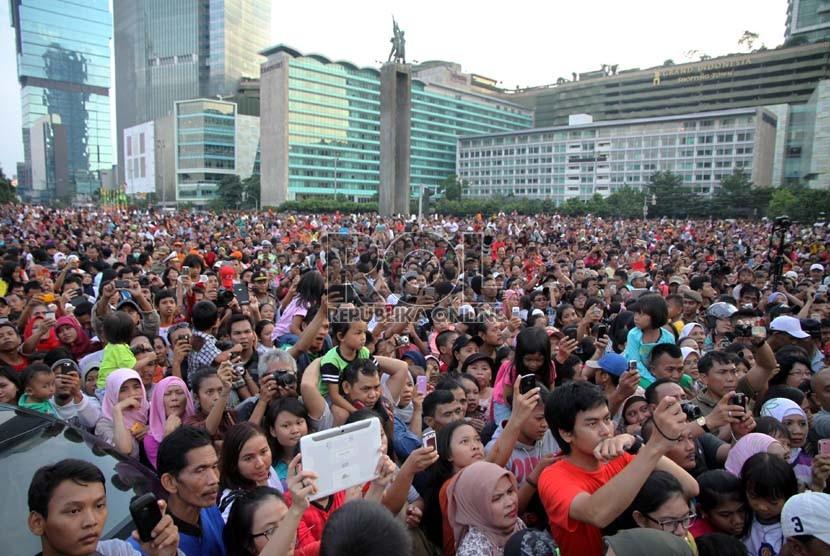 Ribuan warga menyaksikan perayaan Jakarnaval 2013 di Kawasan Bundaran HI, Jakarta, Ahad (30/6).