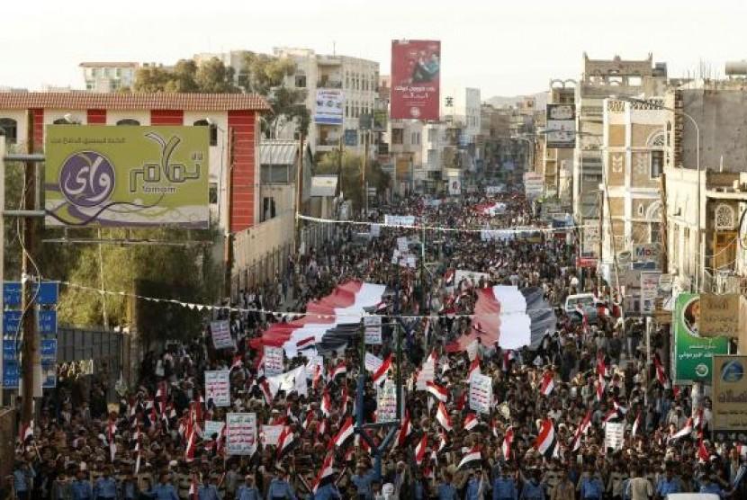 Ribuan warga Yaman mendemo milisi Houthi.