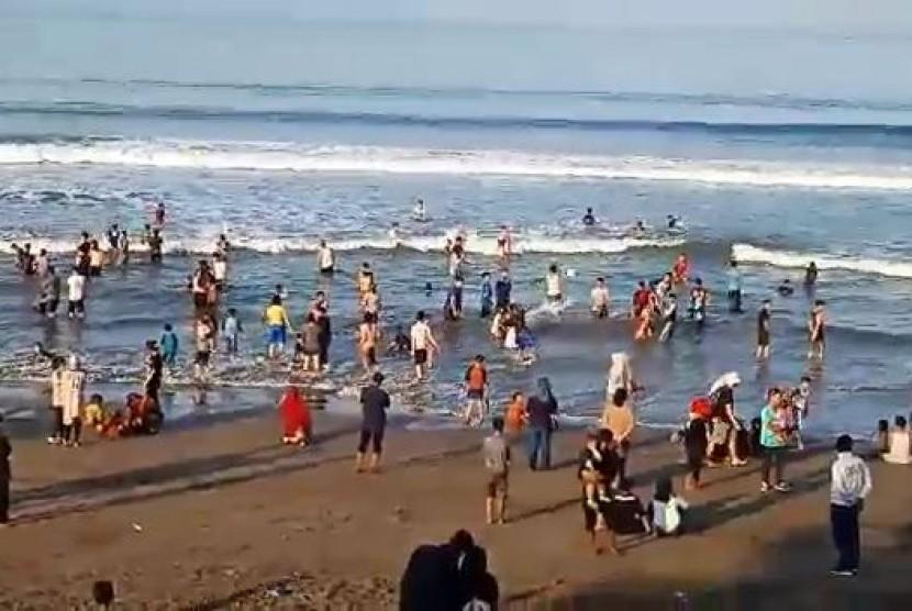 Ribuan wisatawan masih memadati obyek wisata pantai di Palabuhanratu, Kabupaten Sukabumi pada H+4 lebaran, Ahad (9/6).