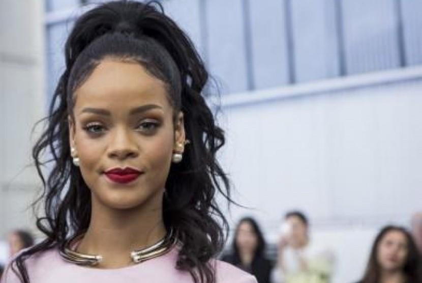 Rihanna saat pergelaran busana Dior Cruise 2015