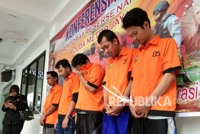 Rilis pengungkapan 142 kilogram ganja yang akan dibawa ke Karawang, Jawa Barat, yang berhasil diamankan kepolisian Polda Metro Jaya, Selasa (24/4).