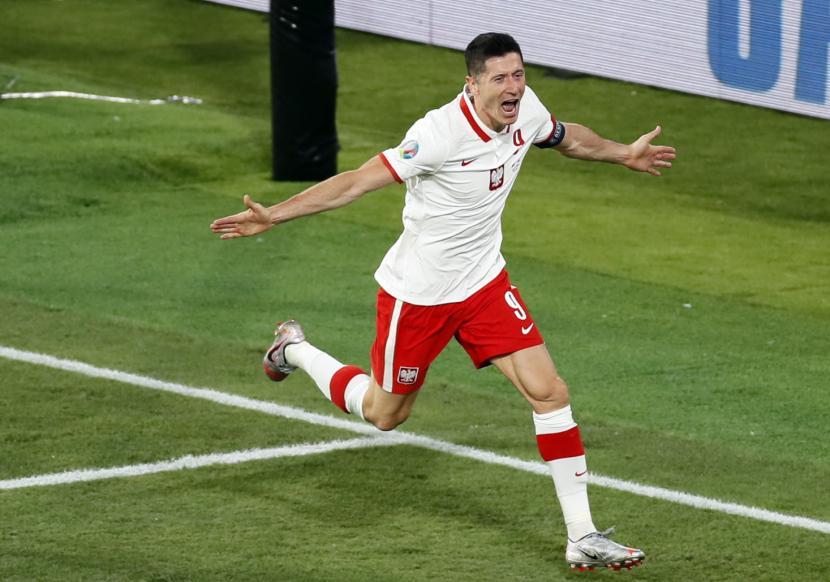 Penyerang Polandia Robert Lewandowski berselebrasi setelah mencetak gol ke gawang Spanyol pada laga Grup E Euro 2020. Polandia menahan imbang Spanyol 1-1 di Sevilla, Spanyol.