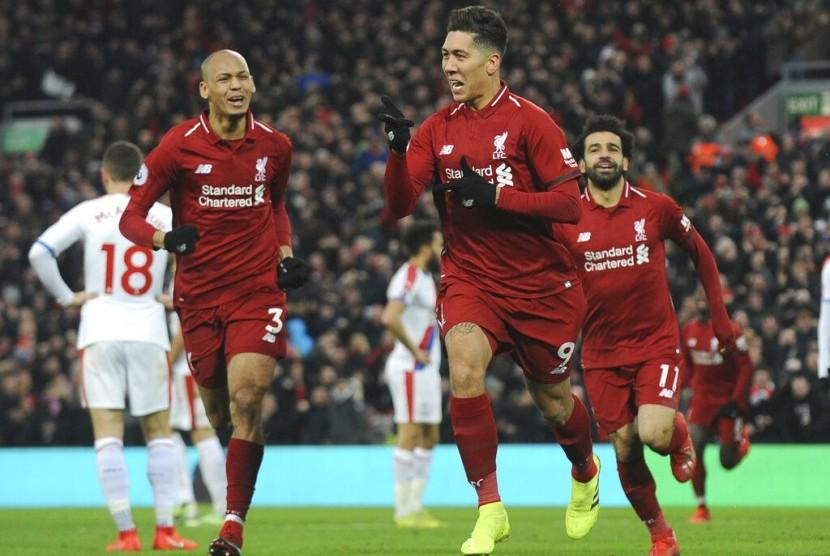 Roberto Firmino (kanan) merayakan gol kedua Liverpool yang dicetaknya ke gawang Crystal Palace.