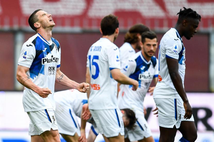 Robin Gosens (kiri) dari Atalanta merayakan dengan rekan satu timnya setelah mencetak gol pada pertandingan sepak bola Serie A Italia antara Genoa CFC vs Atalanta BC di Stadion Luigi Ferraris di Genoa, Italia, 15 Mei 2021.