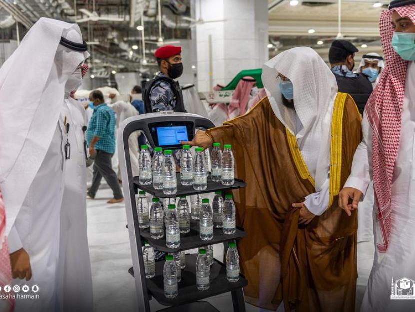 15 Juta Botol Air Zamzam Dibagikan di Masjidil Haram. Robot digunakan untuk membagikan air zamzam pada jamaah di Masjidil Haram, Makkah. Robot dipakai untuk menerapkan aturan jaga jarak selama pandemi Covid-19.