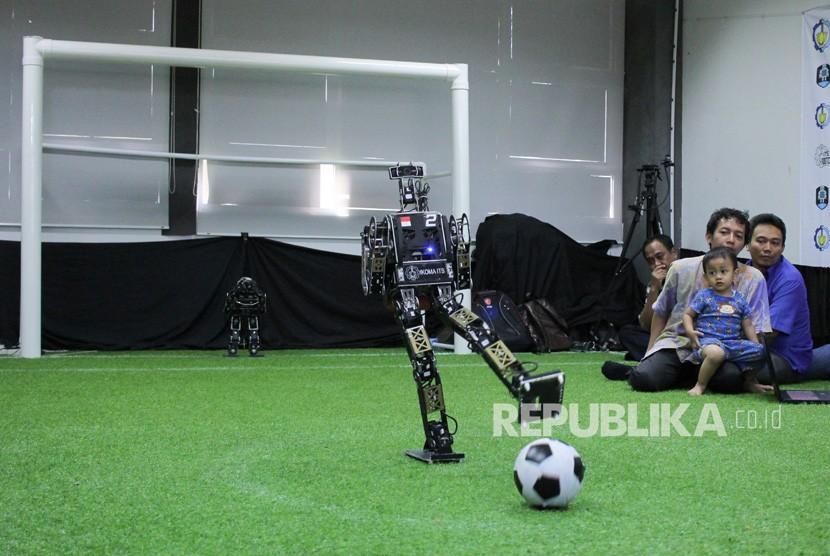 Robot Ichiro menendang bola saat diperagakan di Institut Teknologi Sepuluh Nopember (ITS) Surabaya, Jawa Timur, Jumat (6/7).
