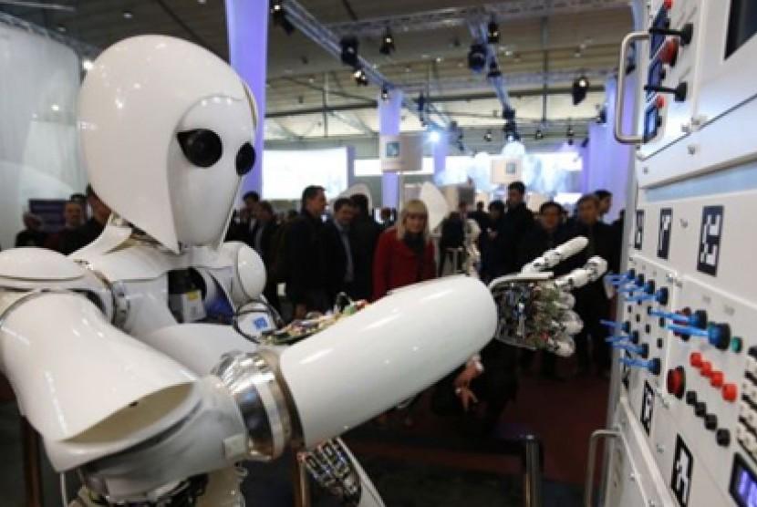 Robot manusia AILA mengoperasikan papan kontrol dalam pameran teknologi di Jerman (foto: dok).