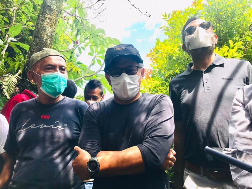Rocky Gerung (tengah) bersama kuasa hukumnya, Haris Azhar (kanan) menggelar konferensi pers terkait kasus kepemilikan lahan dengan PT Sentul City, di kediamannya di Desa Bojong Koneng, Babakan Madang, Kabupaten Bogor, Senin (13/9).