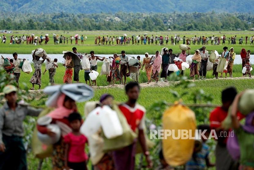 Pegungsi Rohingya refugees,  berjalan memasuki wilayah Bangladesh menuju kamp pengungsi di  Palang Khali, dekat Cox's Bazar, Bangladesh, (19/10/2017).