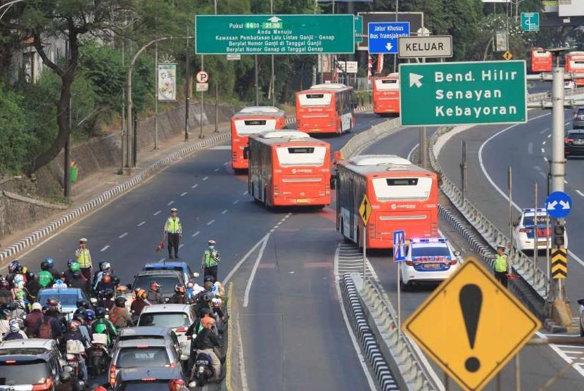 Rombongan bus atlet Asian Games 2018 melintasi Tol Dalam Kota saat simulasi penutupan pintu tol di Jalan Gatot Subroto, Jakarta, Sabtu (4/8).