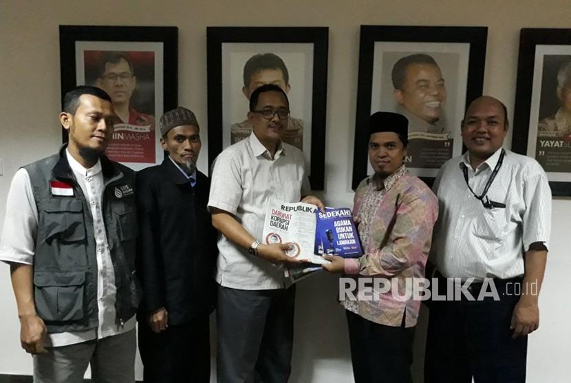 Rombongan Lazis Wahdah saat berkunjung ke Republika, Selasa (20/2).
