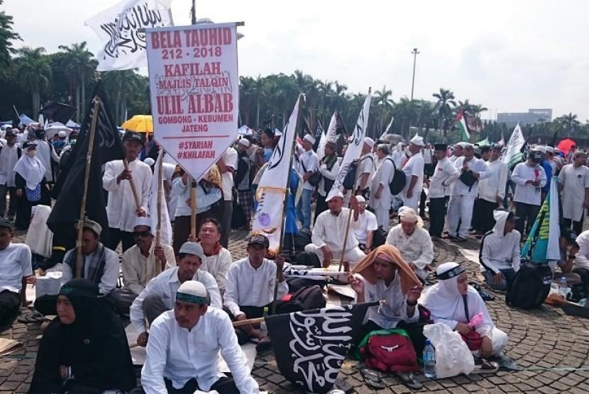 Rombongan Majelis Talqin Ulil Albab, Gombong, Kebumen, Jawa Tengah, ikut berkumpul di Lapangan Monas, Jakarta, Ahad (2/12).