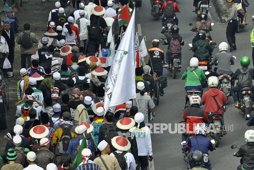 Rombongan peserta longmarch dalam aksi Bela Islam 212 Jilid III dari Ciamis bejalan kaki di Jalan Raya Soekarno Hatta, Kota Bandung, Kamis (1/12)