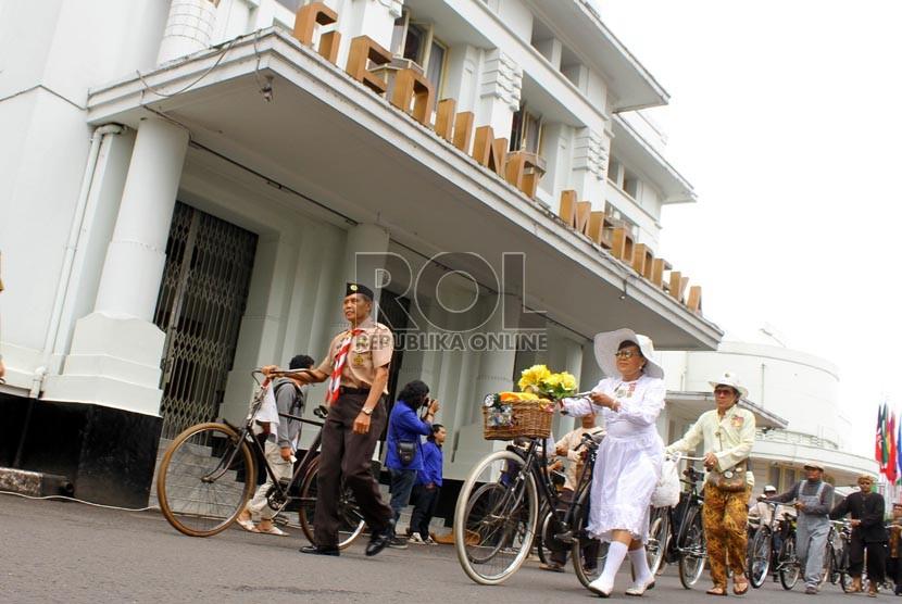 Rombongan sepeda onthel mengikuti karnaval dalam rangka memperingati 58 Tahun Konferensi Asia Afrika di gedung Merdeka, Bandung, Kamis (18/4). (Republika/Arief Maulana Hasan)
