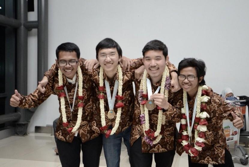 Rombongan Tim Olimpiade Kimia Indonesia tiba di Indonesia pada Senin (30/7) malam. Mereka berhasil meraih 1 medali emas, 1 medali perak dan 2 medali perunggu dalam kompetensi bidang kimia tingkat dunia yaitu The 50th IChO (International Chemistry Olympiad) tahun 2018 yang digelar di Rudolfinum, Praha, Republik Ceko.