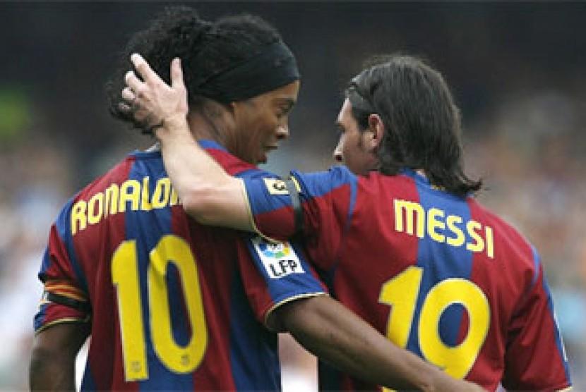 Ronaldinho dan Lionel Messi saat masih sama-sama di Barcelona.