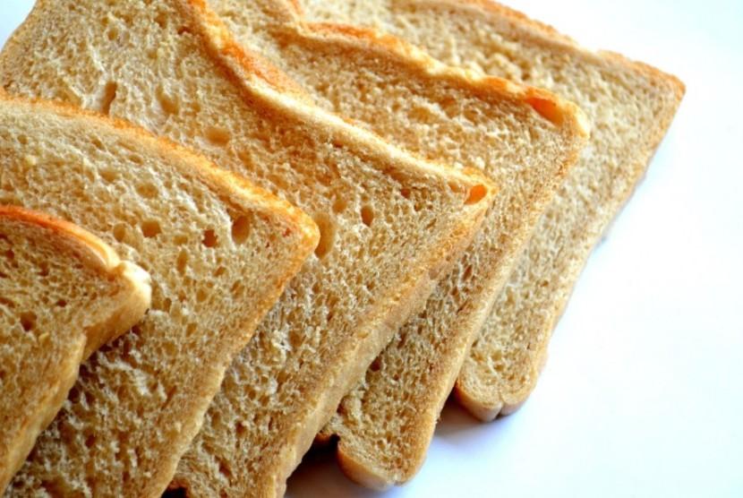 Roti tawar yang sudah diiris.