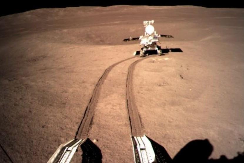 Rover China Yutu-2 berada di permukaan bulan.
