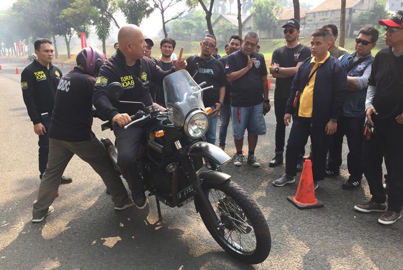 Royal Enfield (RE) Indonesia pun menggelar sesi safety riding di  Bintaro, Jakarta Selatan pada Ahad (14/7).