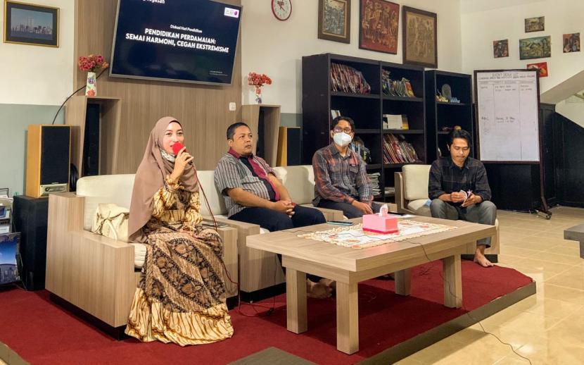 Rumah Baca Cerdas (RBC) Universitas Muhammadiyah Malang (UMM) menggelar kajian yang membahas pentingnya pendidikan perdamaian.