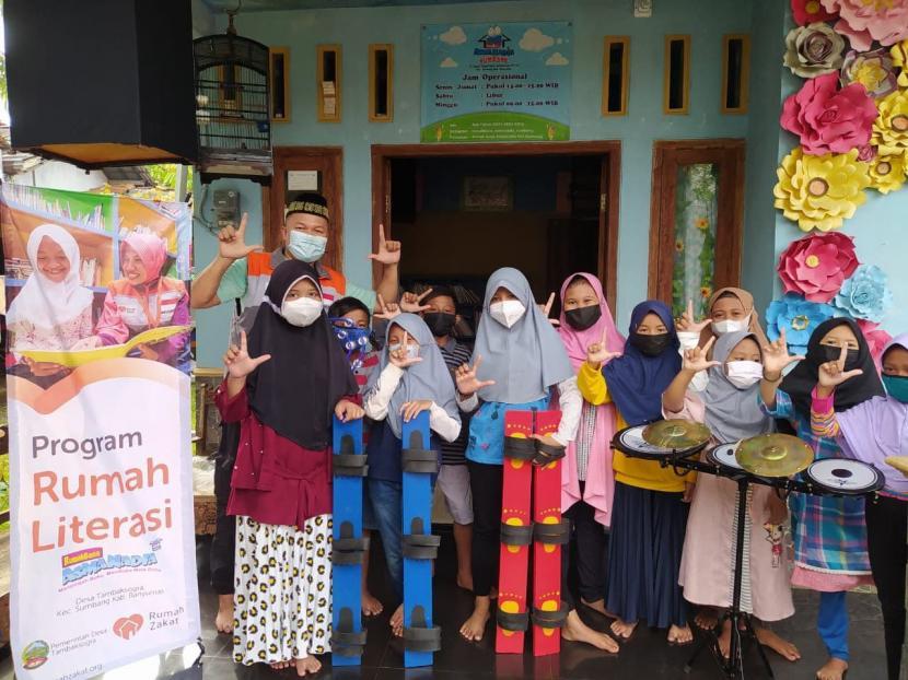 Rumah Literasi Asmanadia Desa Tambaksogra merupakan Program Pemberdayaan bidang Pendidikan Literasi yang diinisiasi Rumah Zakat. Saat ini, Rumah Literasi Asmanadia sudah menjadi pusat kegiatan anak anak di setiap pekannya.