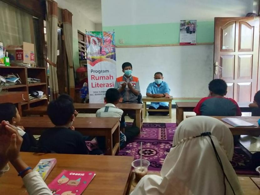 Rumah Literasi Husnul Khatimah membuat program English Class yang bisa diikuti oleh seluruh anak desa, khususnya Desa Sumberwindu.