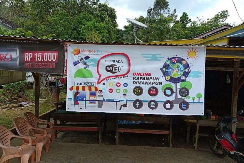 Rumah Makan Nadira yang terletak di Kabupaten Melawi, Kalimantan Barat menggunakan internet satelit, guna memuaskan pelanggannya berselancar di dunia maya di daerah pedalaman.