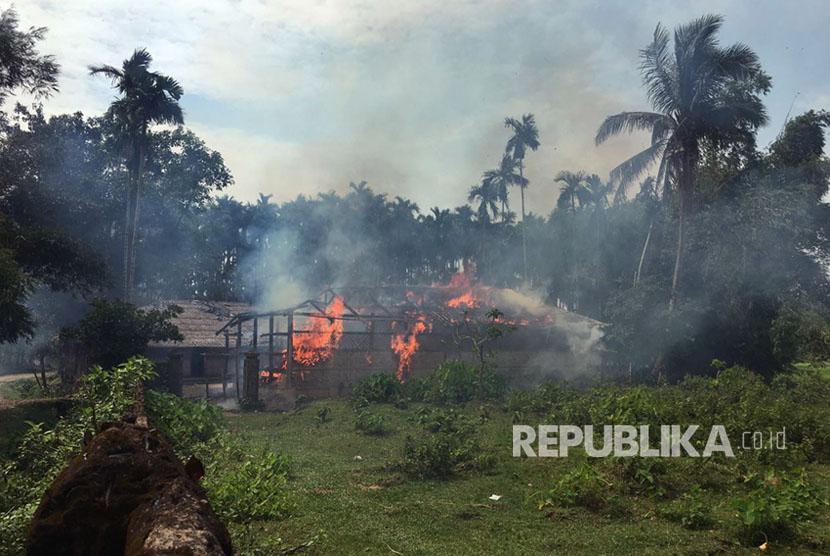 Rumah-rumah terbakar di desa Gawdu Zara, negara bagian Rakhine utara, Myanmar, Kamis, (7/9). Wartawan melihat api baru terbakar di desa yang telah ditinggalkan oleh Muslim Rohingya,