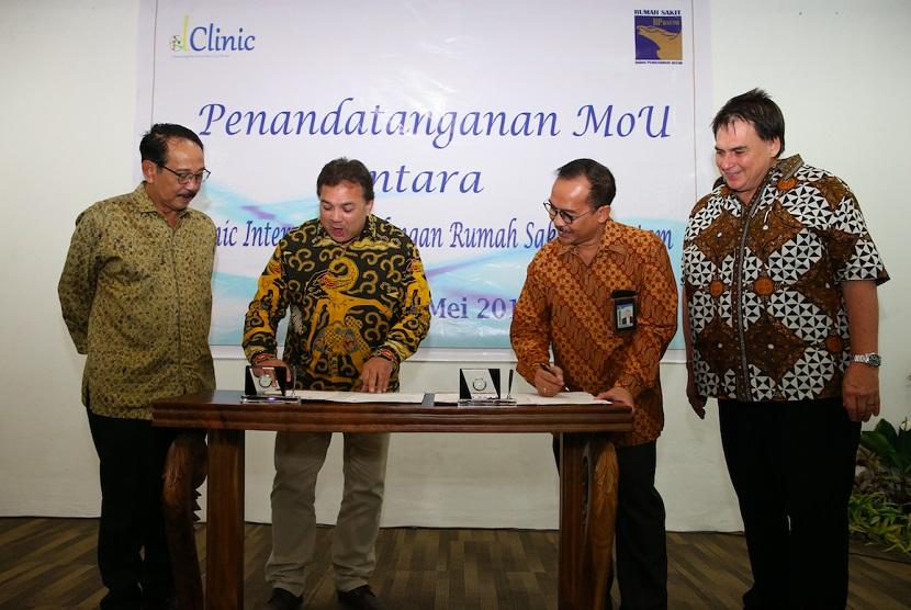 Rumah Sakit BP Batam meneken nota kesepahaman dengan Dclinic International dan Deloitte South East serta JP Consulting, Kamis (23/5).  Kerja sama ini mengatur manajemen proyek dan keahlian tata pemerintahan klinis dengan sistem blockchain.