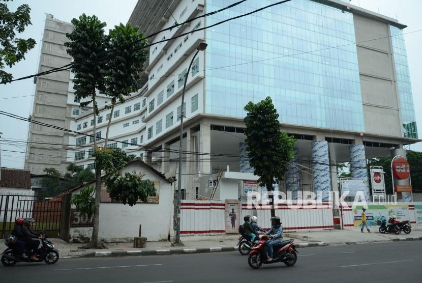 Rumah Sakit Khusus Ibu dan Anak (RSKIA) yang masih dalam tahap pembangunan, di Jalan Kopo. Kota Bandung, Rabu (9/1).