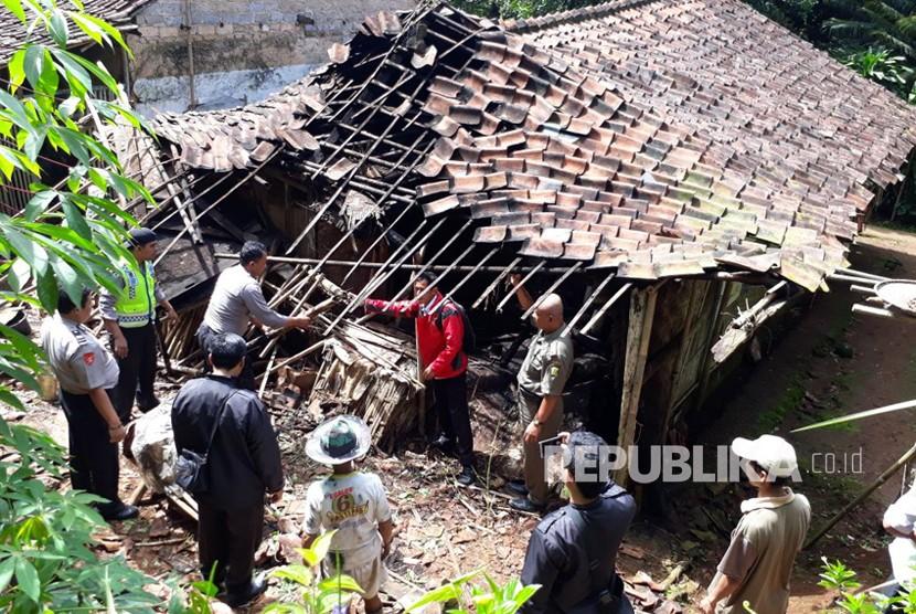 Rumah warga di Kampung Pangkalan RT 23 RW 05 Desa Padaasih, Kecamatan Cisaat, Kabupaten Sukabumi rusak berat akibat gempa 6,1 SR Lebak Banten Selasa (23/1).