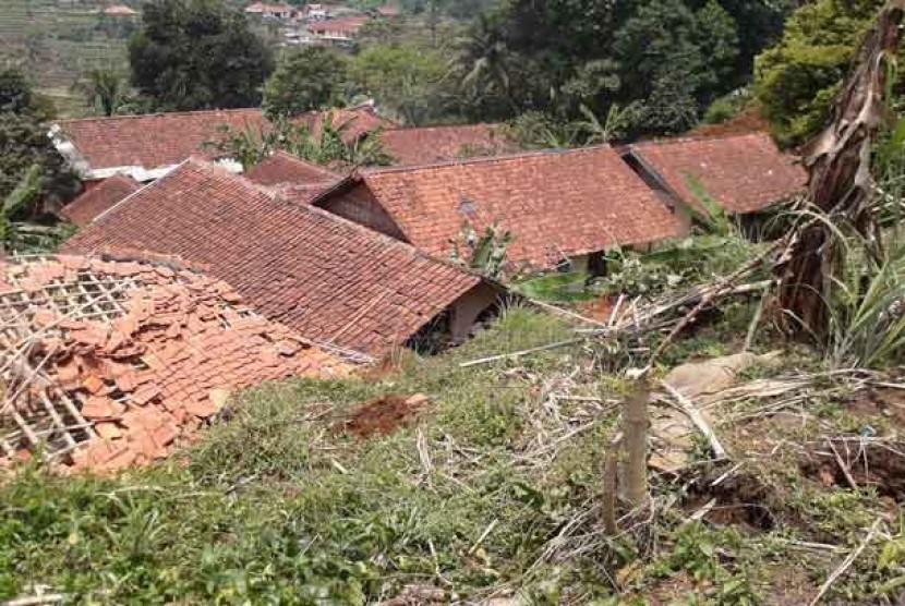 Rumah yang tertimbun tanah longsor di desaTenjolaya,Bogor.