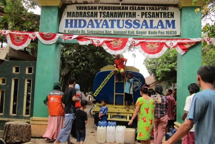 Rumah Zakat Action membantu kekeringan di Cibarusah dan Jonggol.
