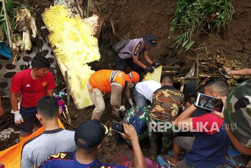 Rumah Zakat Action mengevakuasi korban banjir dan longsor di Sentani, Jayapura.