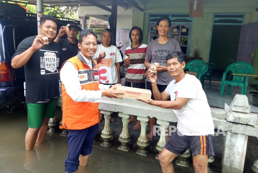 Rumah Zakat Action yang menyalurkan superqurban ke warga terdampak  banjir di Kabupaten Bantul, Senin (18/3).