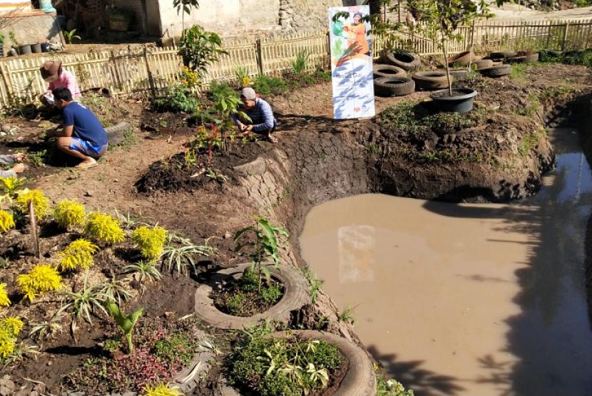 Rumah Zakat bantu masyarakat Desa Kedungumpul mempercantik desa dengan tanaman obat.