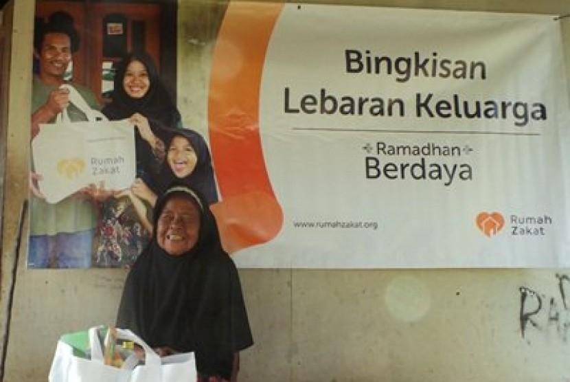 Rumah Zakat Bekasi memberi Bingkisan Lebaran Keluarga (BLK) kepada Nek Minah (79 tahun).