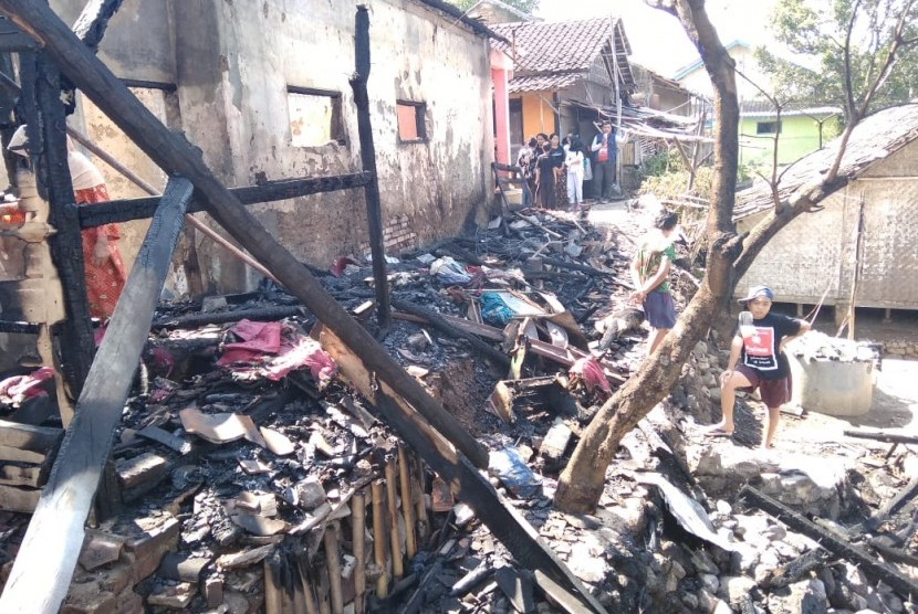 Rumah Zakat berbagi seragam sekolah bagi korban kebakaran di Garut.