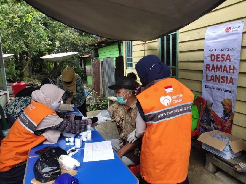 Rumah Zakat bersama para kader posyandu di Desa Lamaru, Balikpapan melaksanakan pemeriksaan kesehatan untuk lansia selama 2 hari, dari tanggal 22-23 September.